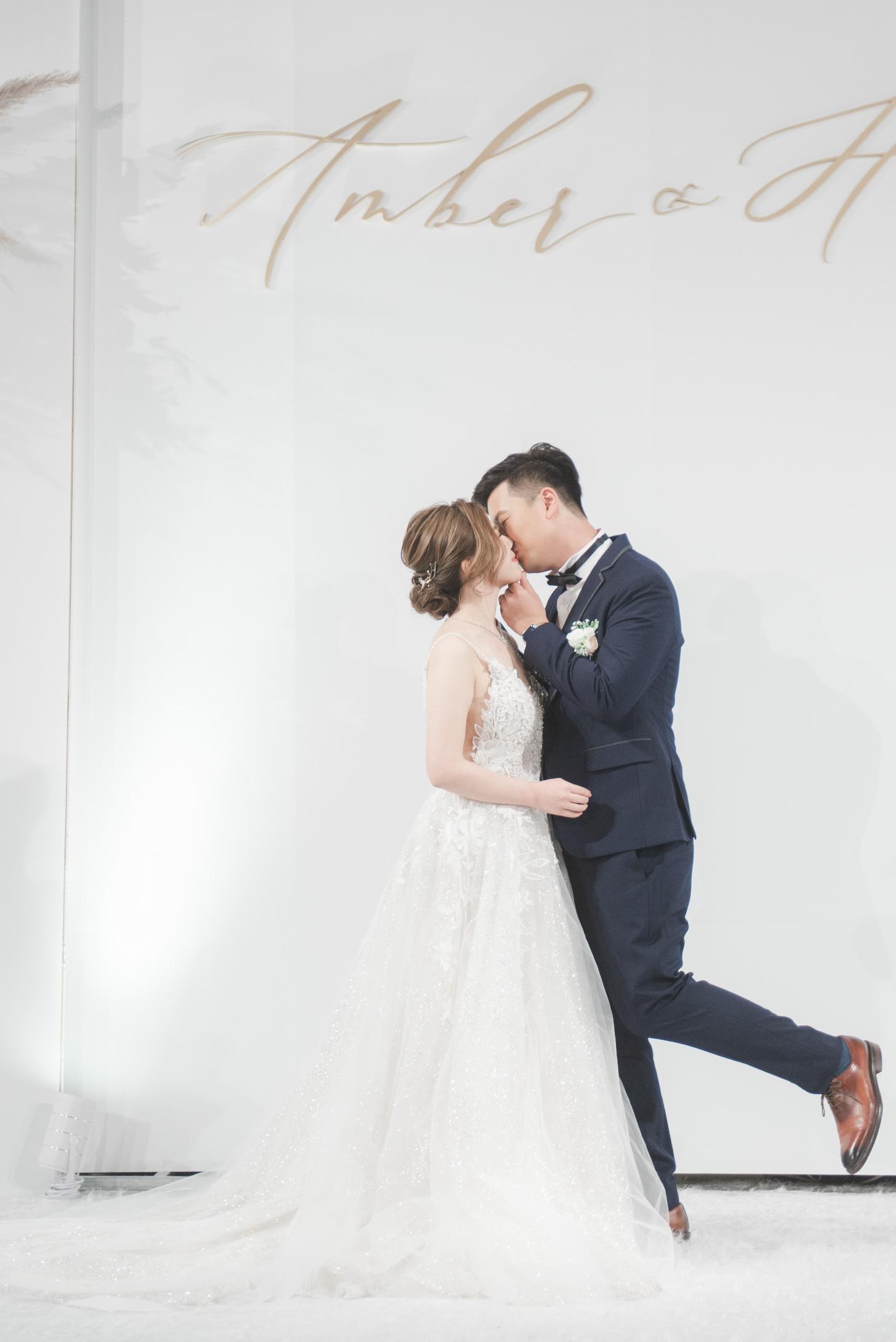 hong-kong-couple-kissing-calligraphy-backdrop