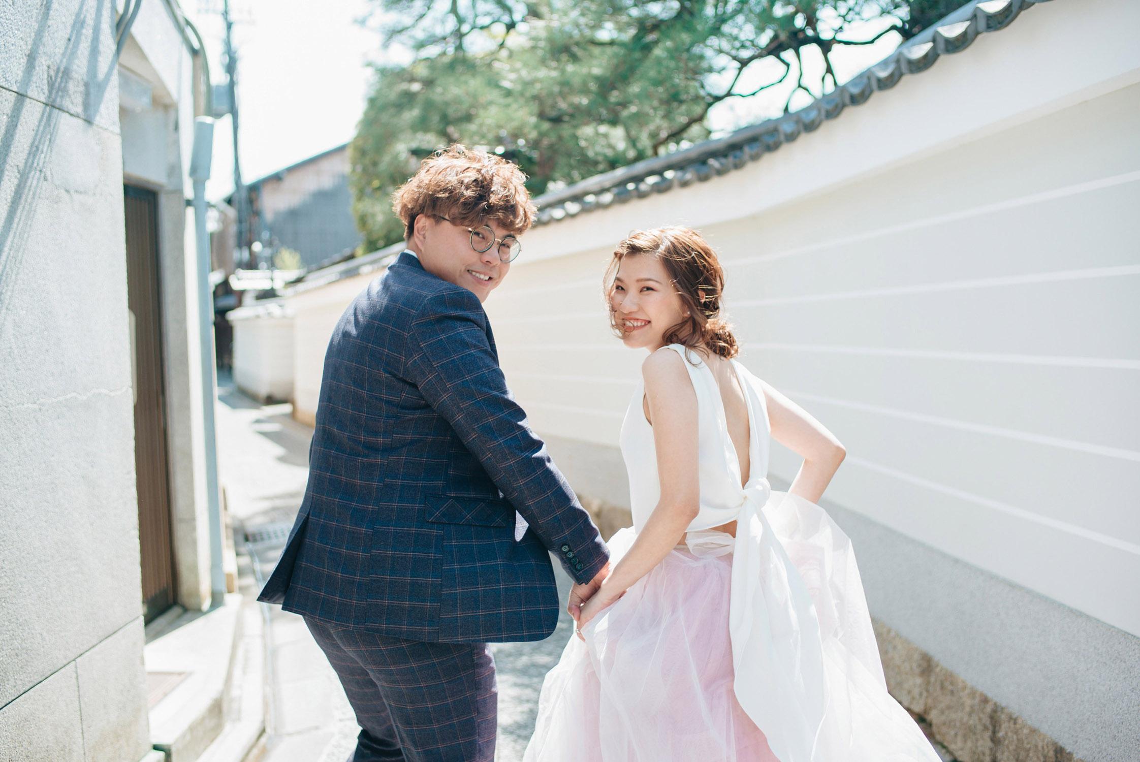 sweet-asian-wedding-couple-holding-hands